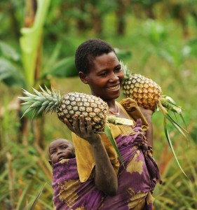 Mutter mit Ananas